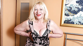 Interdicted British Housewife Playing Beside Her Hairy Snatch - MatureNL