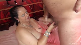 Amateur homemade video of a beamy wife getting penetrated
